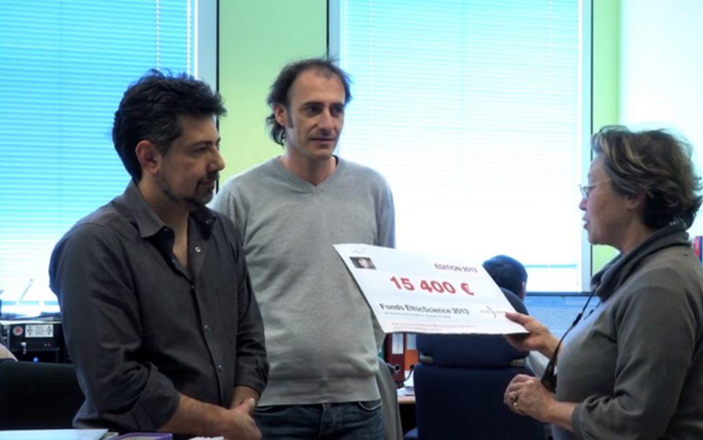 Christiane LAUPIE, présidente de Pro Anima remet un chèque à l'entreprise Oncotheis